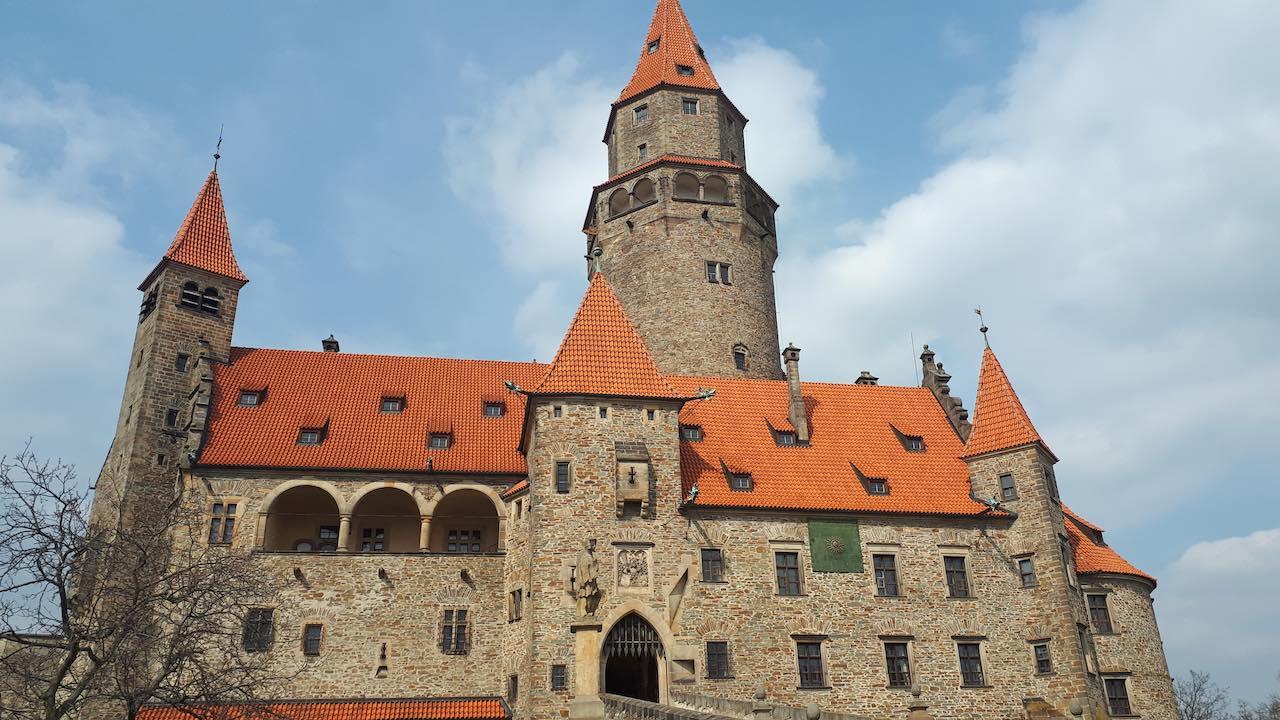 Netflix opět natáčí v Česku, tentokrát na hradě Bouzov