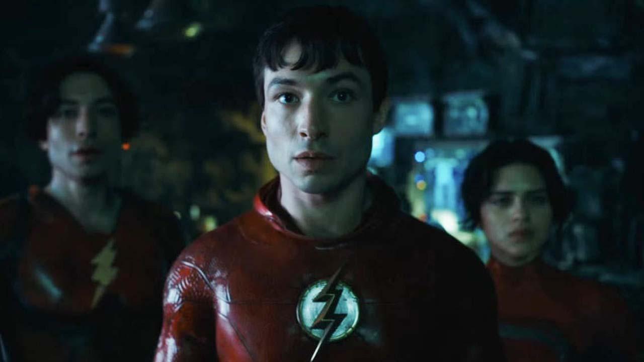 Flash v prvním traileru potkává Batmana Michaela Keatona