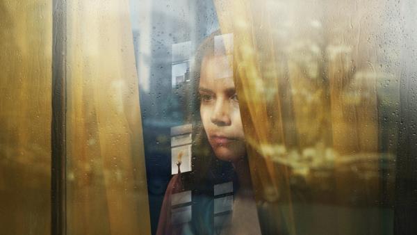 zena-v-okne